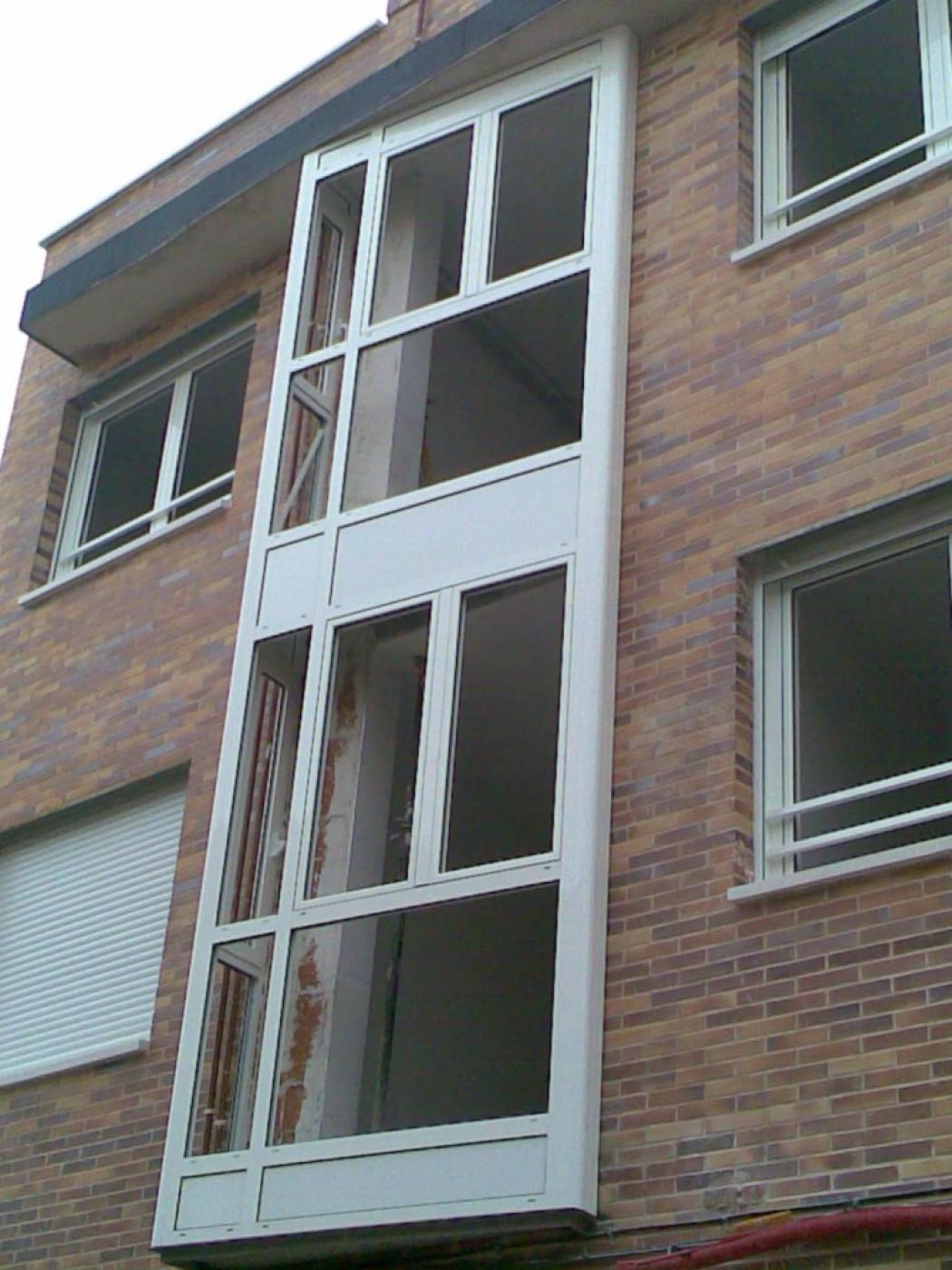 Instalación de ventanas y balcones aluminio completos en edificio de obra nueva